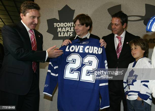 Toronto Maple Leafs vicepresident and general manager John Ferguson and former Maple Leafs player Doug Gilmour present Canadian actor and long time...