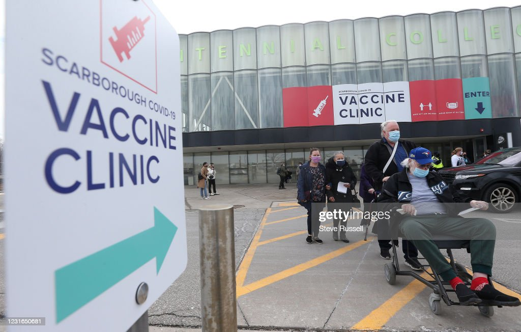 The vaccination clinic in the athletic centre at Centennial College on Progress Avenue in Scarborough hopes to vaccine thousands a day. Currently they are vaccinating those over 80 and healthcare workers. Ontario loosened restrictions to slow the spread of : ニュース写真