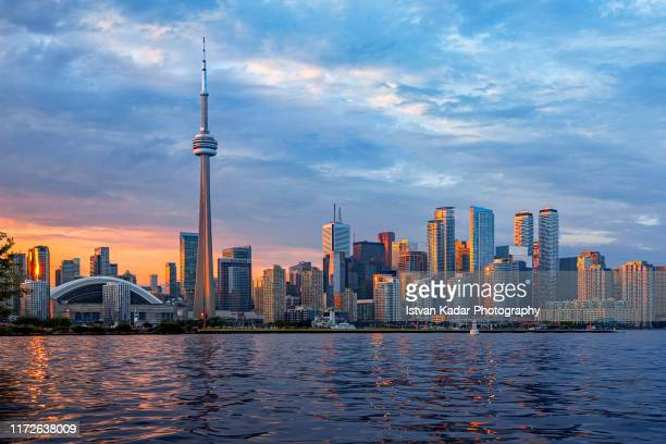 toronto skyline at sunset, canada - cn tower stock pictures, royalty-free photos & images