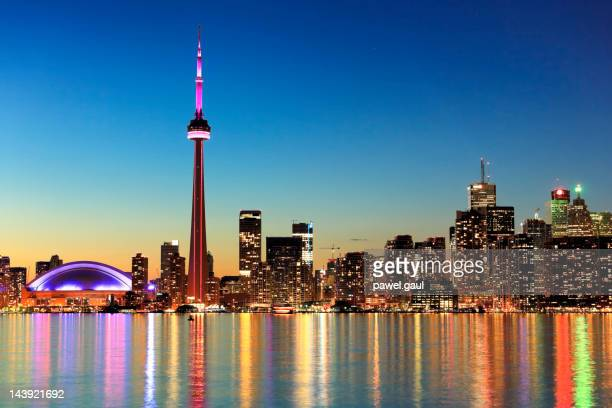 toronto skyline by night - cn tower stock pictures, royalty-free photos & images