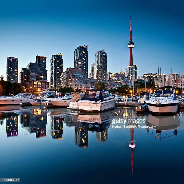 toronto skyline with the cn tower - toronto - fotografias e filmes do acervo