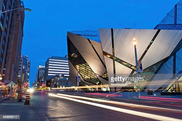 toronto the crystal royal ontario museum illuminated canada - ontario kanada bildbanksfoton och bilder