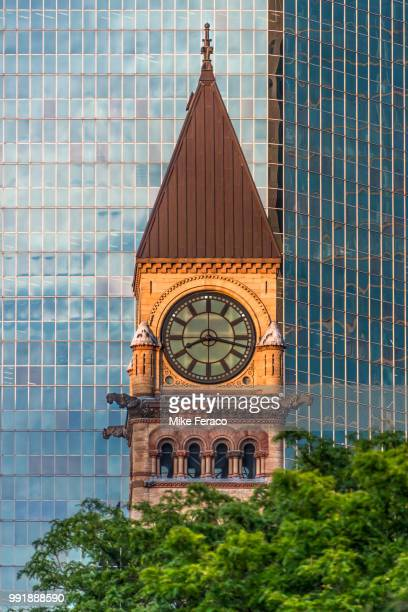 toronto's old city hall clock tower. - 時計台 ストックフォトと画像