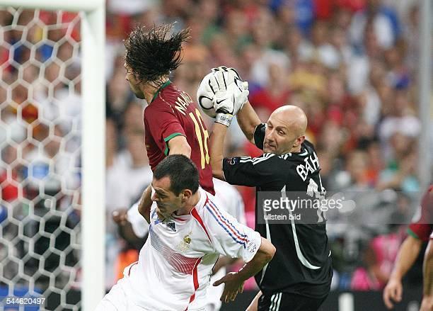 FIFA WM 2006 Halbfinale in Muenchen Portugal Frankreich 01 Torraumszene Frankreichs Torwart Fabien BARTHEZ faengt den Ball vor Maniche und Willy...
