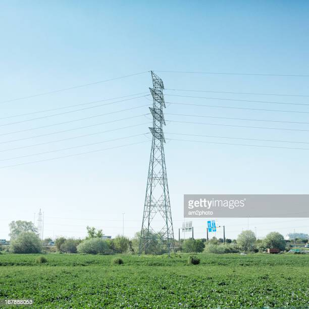 Torre eléctrica en el campo