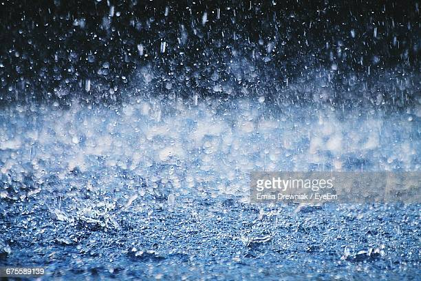 torrential rain splashing on footpath - torrential rain stock pictures, royalty-free photos & images