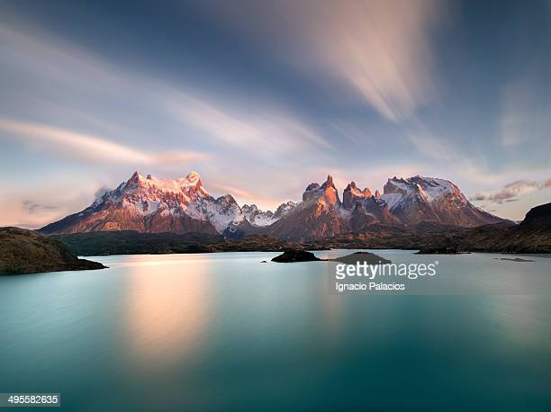 torres del paine at sunrise with pehoe lake - patagonia foto e immagini stock