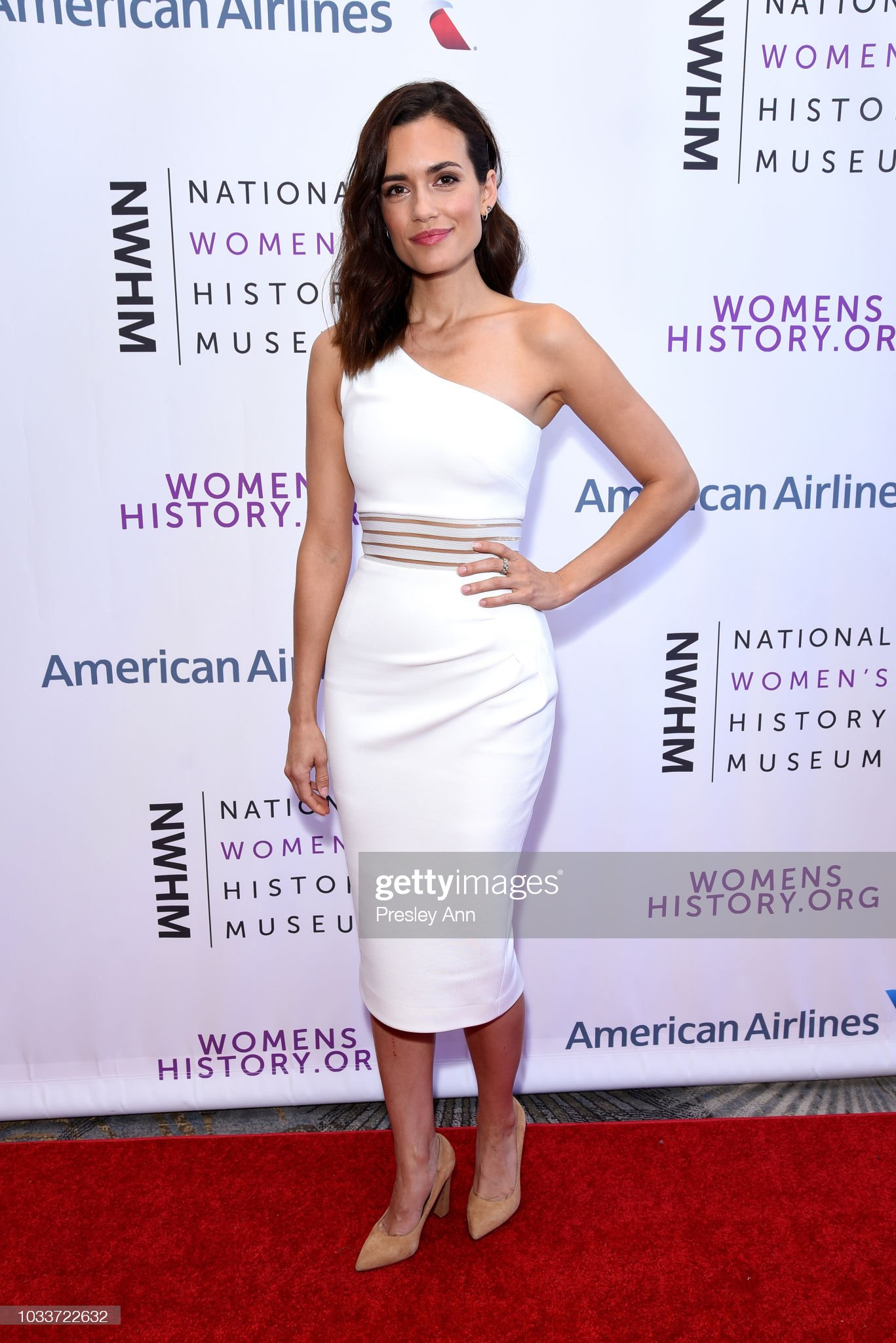 ¿Cuánto mide Torrey DeVitto? - Real height Torrey-devitto-attends-national-womens-history-museums-7th-annual-picture-id1033722632?s=2048x2048