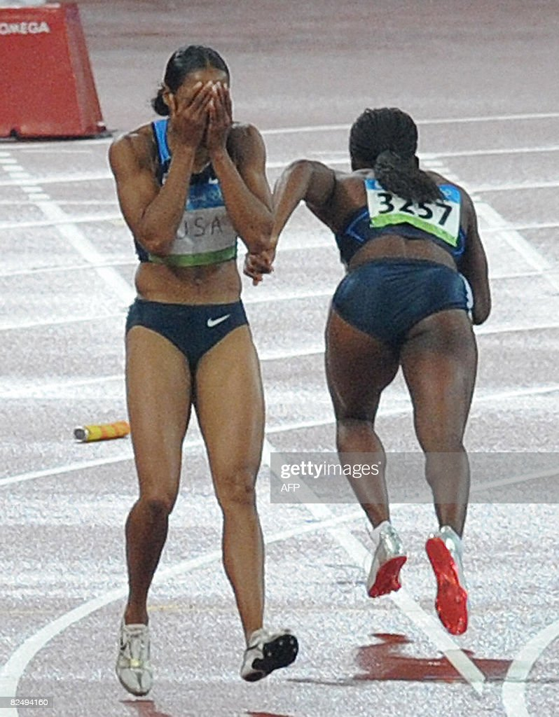Torri Edwards of the US (L) reacts after : News Photo