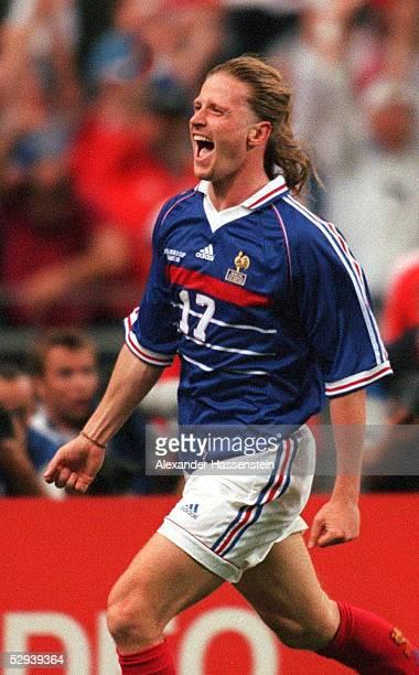 3 FRANKREICH FUSSBALLWELTMEISTER 1998 JUBEL FRA Torschuetze Emmanuel PETIT nach seinem Tor zum 03