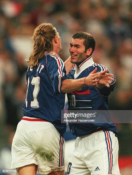 3 FRANKREICH FUSSBALLWELTMEISTER 1998 JUBEL FRA Torschuetzen Emmanuel PETIT und Zinedine ZIDANE