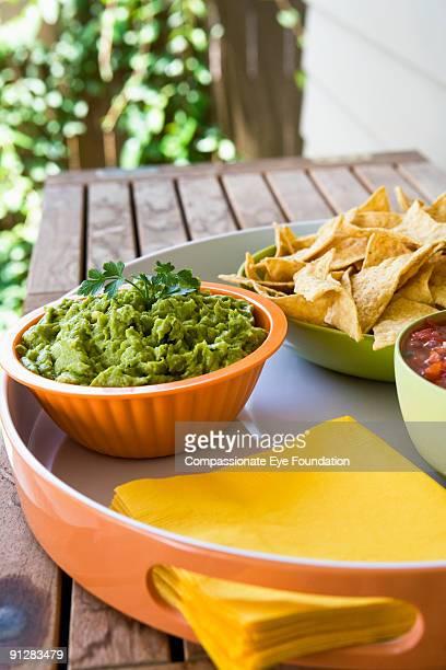 tortilla chips, guacamole and salsa - cef - fotografias e filmes do acervo
