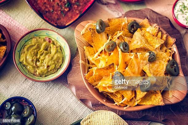 Tortilla Chips mit Käse und Jalapeños