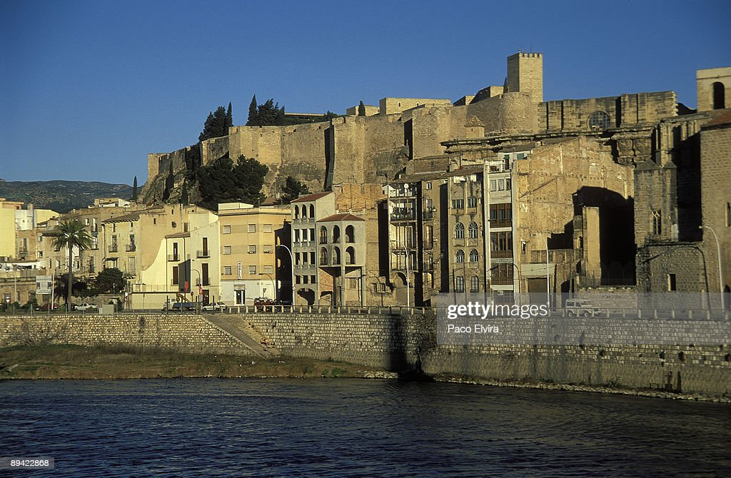 Tortosa, Tarragona, Catalonia, Spain View of the River Ebro in Tortosa and Castle of Sant Joan or of the Zuda. : News Photo
