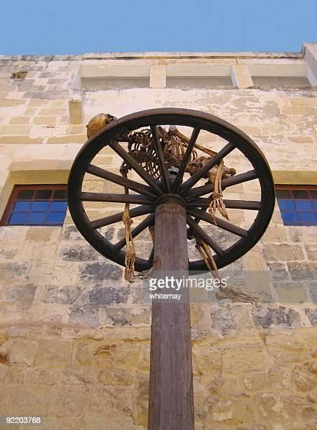 torture on the wheel - martelen stockfoto's en -beelden