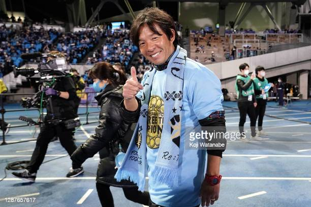 Toru Oniki celebrate with the trophy after becoming the J1 Champions following the J.League Meiji Yasuda J1 match between Kawasaki Frontale and Gamba...