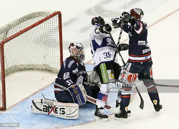 Torwart Kevin Nastiuk Ryan Ramsay Jimmy Sharrow Zweikampf Aktion Spielszene EHC Eisbaeren Eisbären Berlin Straubing Tigers Sport Eishockey DEL...