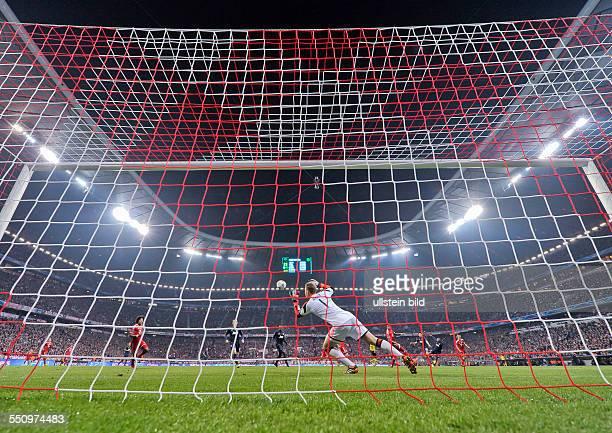 Torwart Manuel Neuer versucht den Schuss von Patrice Evra zu halten waehrend dem Viertelfinal Rueckspiel zur UEFA Champions League FC Bayern Muenchen...