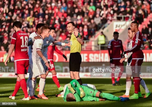Torwart Martin Hansen und Robert Lewandowski liegen am Boden Schiedsrichter Felix Zwayer versucht zu beruhigen waehrend dem Fussball Bundesliga Spiel...