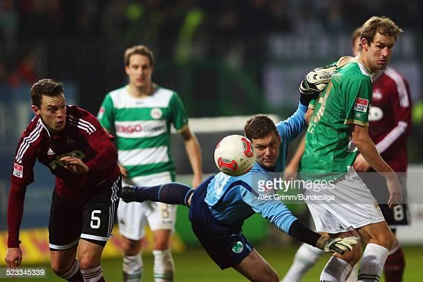 Torwart Max Gruen versucht den Ball zu fangen vor seinem Mannschaftskameraden Thomas Kleine und Hanno Balitsch waehrend des Bundesligaspiels zwischen...