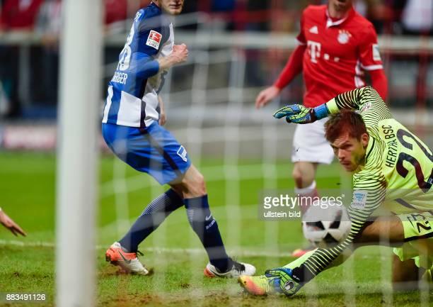 Torwart Rune Jarstein kann den Schuss von Franck Ribery nicht festhalten zum Tor zum 10 waehrend dem Fussball Bundesliga Spiel FC Bayern Muenchen...