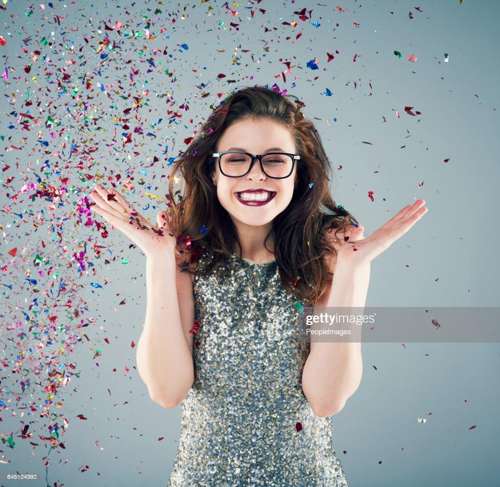 Einige Konfetti in die Luft zu werfen und zu feiern! : Stock-Foto
