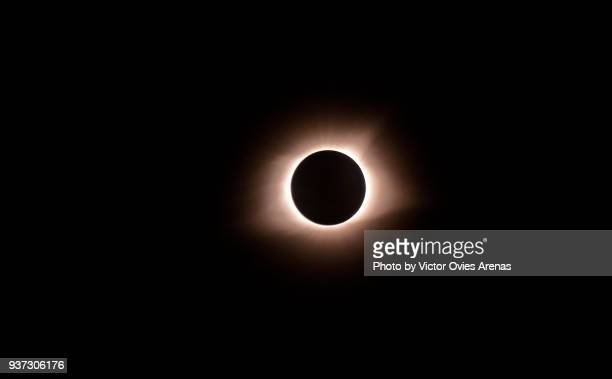 total eclipse of sun. sun's corona visible at the midpoint of time of totality or maximum point of the eclipse - victor ovies fotografías e imágenes de stock