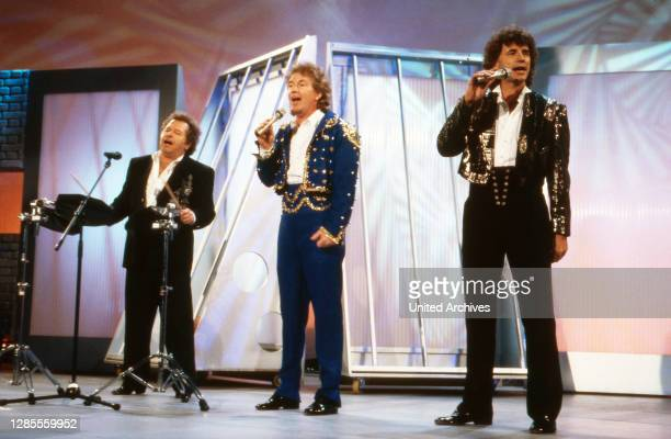 """Total Lokal, Musik und Talk, Deutschland, Sendung vom 21. April 1995, Mitwirkende: Gruppe """"Die Flippers"""" in Uniformen."""