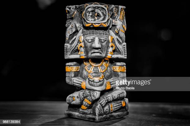 totem chichen itza - totem pole stock photos and pictures
