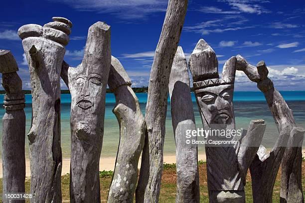 totems hand carved - new caledonia fotografías e imágenes de stock