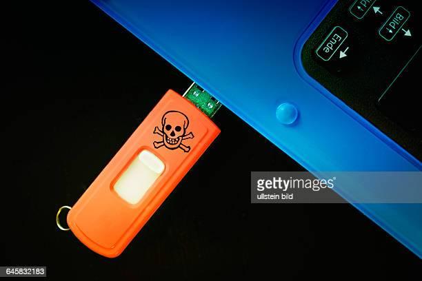 TotenkopfSymbol auf einem USBStick Symbolfoto Schadsoftware