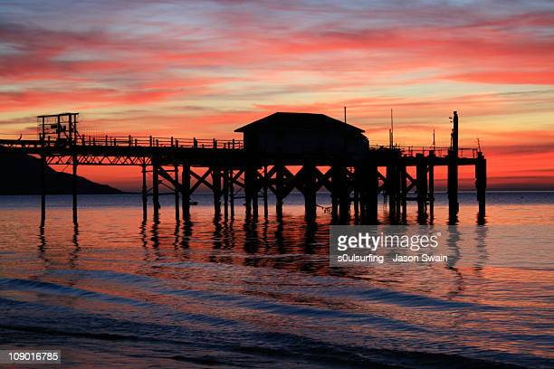 totland pier twilight, isle of wight - s0ulsurfing stock pictures, royalty-free photos & images