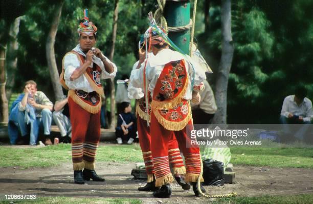 "totonac men from papantla getting ready to perform the ""dance of the flyers"" ritual in veracruz, mexico - victor ovies fotografías e imágenes de stock"