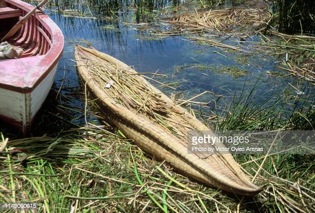 totora boat on titicaca lake made with dried reeds by the indigenous uru people of peru - victor ovies fotografías e imágenes de stock