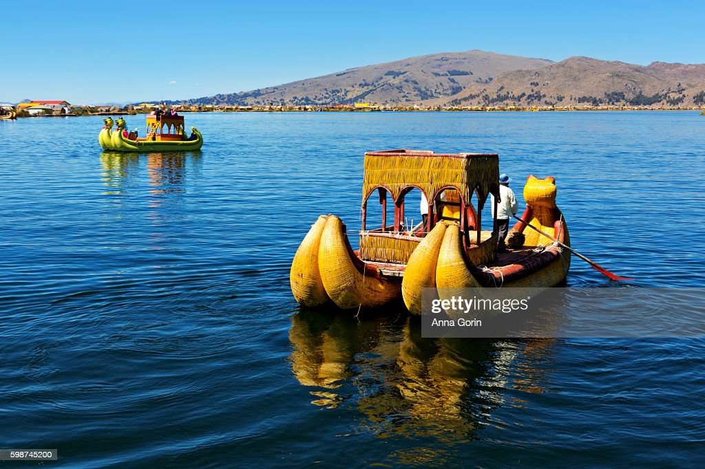 Totora raft offers tourists a boat ride on Lake Titicaca offshore of the 'floating islands' in Puno district of Peru : Stock-Foto
