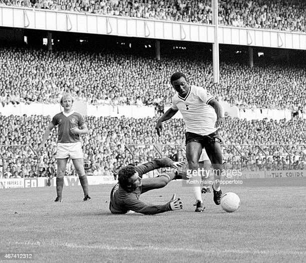 Tottenham Hotspur striker Garth Crooks takes the ball past Nottingham Forest goalkeeper Peter Shilton to score the second goal during their 1st...
