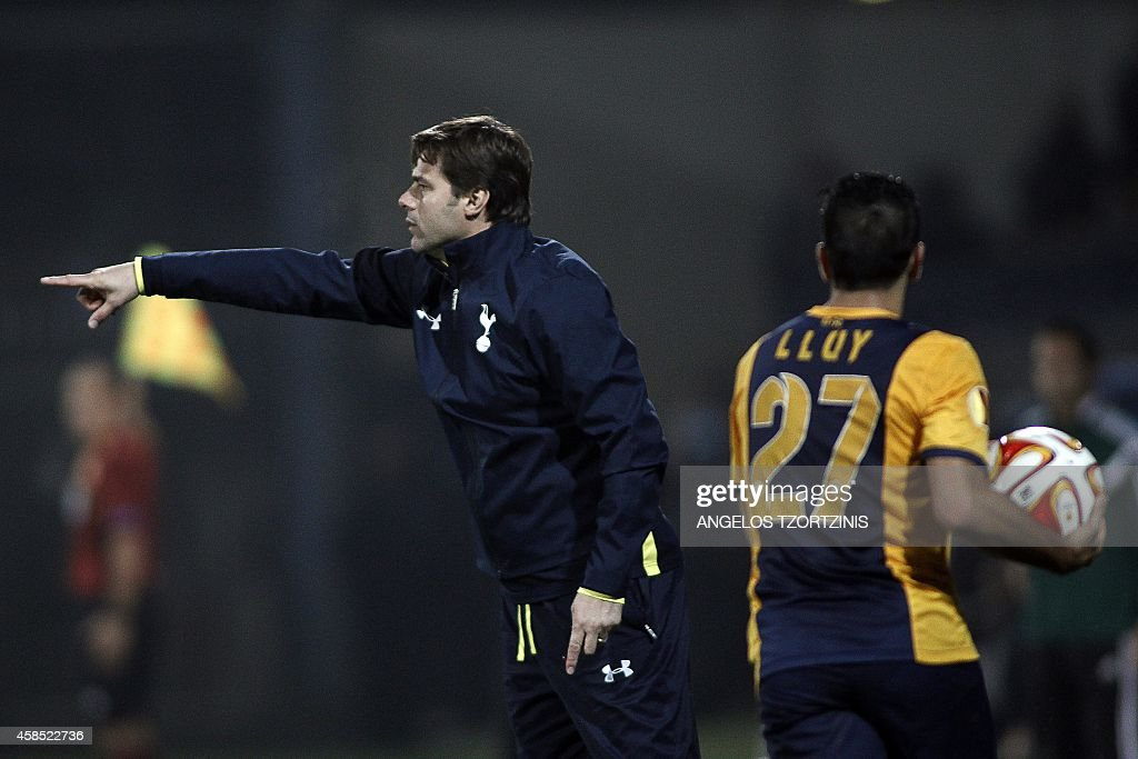 Tottenham Hotspur's Argentinian Head Coach Mauricio Pochettino (L) gives instructions to players during the UEFA Europa League group C football match between Asteras Tripolis and Tottenham Hotspur, in Tripoli south west in Greece, on November 6, 2014. AFP PHOTO / Angelos Tzortzinis