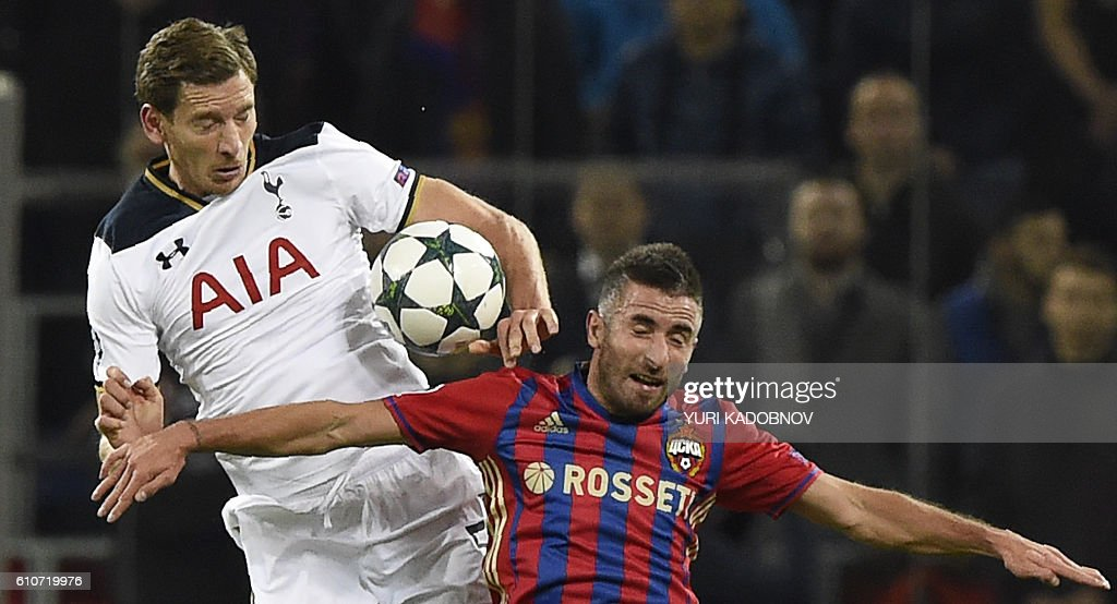 Tottenham Hotspur's Belgian defender Jan Vertonghen (L) vies with CSKA Moscow's Serbian midfielder Zoran Tosic during the Champions League football match between CSKA Moscow and Tottenham Hotspur at the CSKA arena in Moscow on September 27, 2016. / AFP / YURI