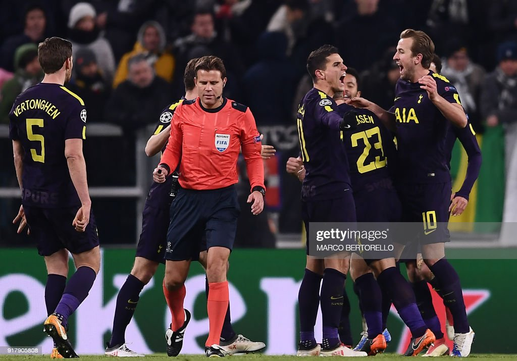Tottenham Hotspur's Danish midfielder Christian Eriksen (2R/23) celebrates with teammates after scoring his team's second goal during the UEFA Champions League round of sixteen first leg football match between Juventus and Tottenham Hotspur at The Allianz Stadium in Turin on February 13, 2018. / AFP PHOTO / Marco BERTORELLO