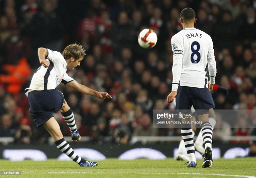 Soccer - Barclays Premier League - Arsenal v Tottenham Hotspur - Emirates Stadium : News Photo