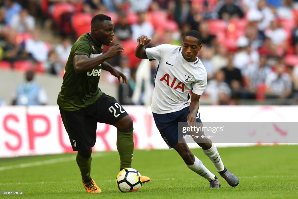 Tottenham Hotspur's English defender Kyle Walker-Peters (R) vies with Juventus' Ghanaian midfielder Kwadwo Asamoah during the pre-season friendly football match between Tottenham Hotspur and Juventus at Wembley stadium in London on August 5, 2017. / AFP PHOTO / OLLY GREENWOOD / RESTRICTED TO EDITORIAL USE. No use with unauthorized audio, video, data, fixture lists, club/league logos or 'live' services. Online in-match use limited to 75 images, no video emulation. No use in betting, games or single club/league/player publications. /