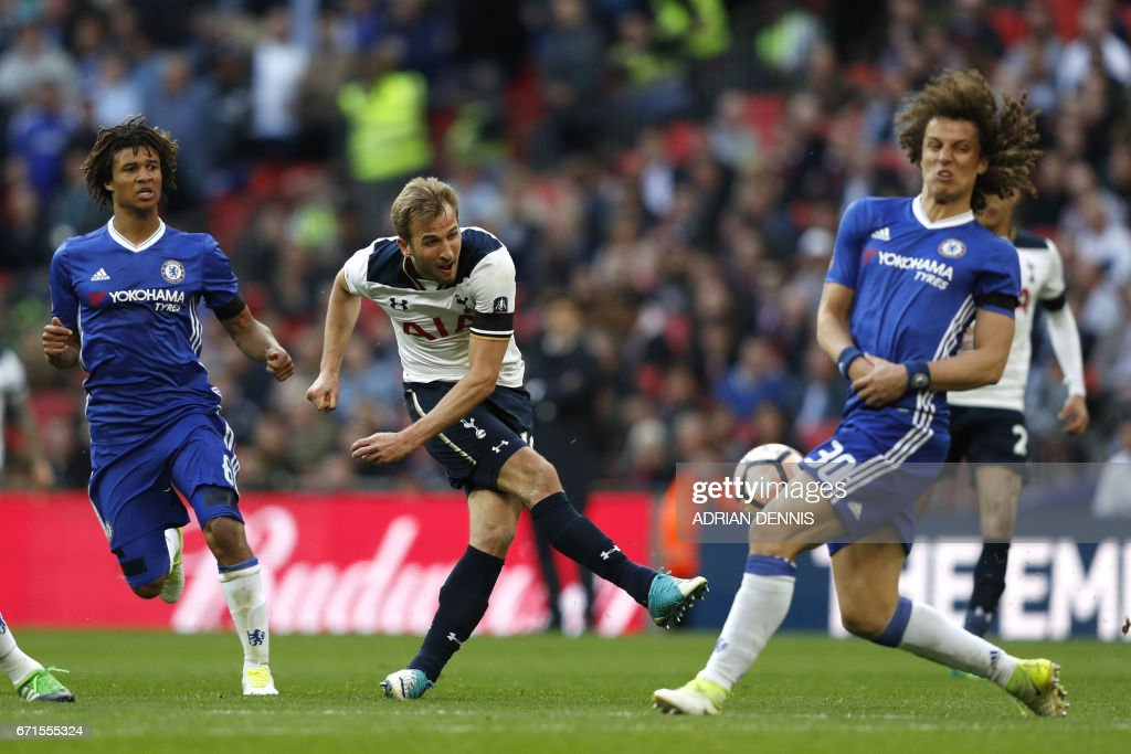 Tottenham Hotspur's English striker Harry Kane (2L) makes an attempt at goal during the FA Cup semi-final football match between Tottenham Hotspur and Chelsea at Wembley stadium in London on April 22, 2017. / AFP PHOTO / Adrian DENNIS / NOT