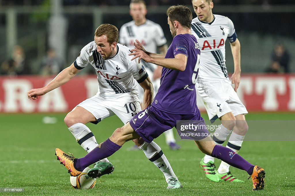 Tottenham Hotspurs forward from England Harry Kane vies with Fiorentina's midfielder from Croatia Milan Badelj during the UEFA Europa League football match Fiorentina vs Tottenham on February 18, 2016 at Florence's 'Artemio Franchi' comunal stadium.
