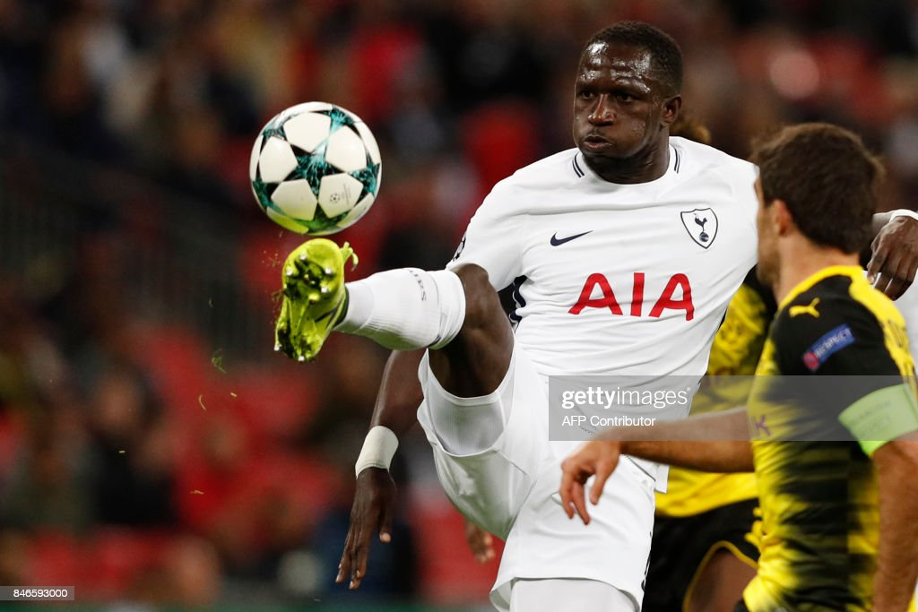 TOPSHOT - Tottenham Hotspur's French midfielder Moussa Sissoko controls the ball during the UEFA Champions League Group H football match between Tottenham Hotspur and Borussia Dortmund at Wembley Stadium in London, on September 13, 2017. Tottenham won the game 3-1. / AFP PHOTO / Adrian DENNIS