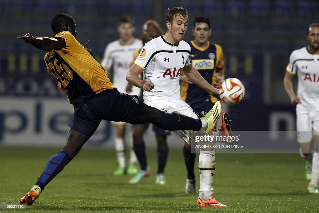 Tottenham Hotspur's Harry Kane (R) fights for the ball with Asteras Tripolis's Khalifa Sankare? (L) during the UEFA Europa League group C football match between Asteras Tripolis and Tottenham Hotspur, in Tripoli south west in Greece, on November 6, 2014. AFP PHOTO / Angelos Tzortzinis