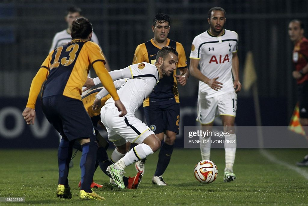 Tottenham Hotspur's Roberto Soldado (C) fights for the ball with Asteras Tripolis's Giorgos Zisopoulos (L) during the UEFA Europa League group C football match between Asteras Tripolis and Tottenham Hotspur, in Tripoli south west in Greece, on November 6, 2014. AFP PHOTO / Angelos Tzortzinis