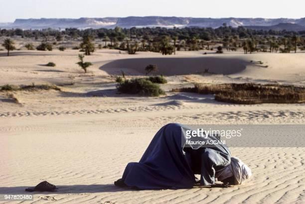 Touareg priant dans le désert à Bilma Niger