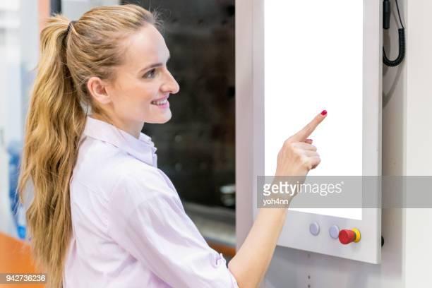 Toucher le panneau de commande des machines de moulage