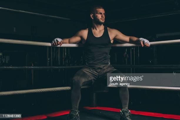 pugile duro seduto in un angolo dell'anello - sport da combattimento foto e immagini stock