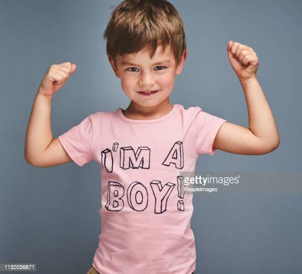 los chicos duros usan rosa - equidad de genero fotografías e imágenes de stock